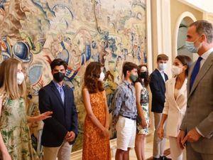 Sus Majestades los Reyes durante el saludo a los a los alumnos en los que se encuentra incluida Su Alteza Real la Princesa de Asturias.