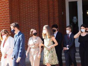 Su Alteza Real la Princesa de Asturias conversa con sus compañeros.