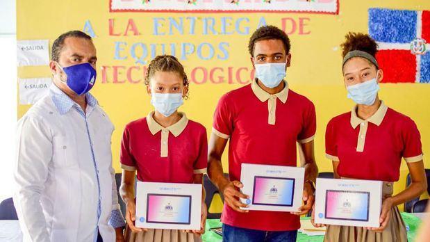Ministerio de Educación entrega 17,873 equipos tecnológicos a estudiantes de Samaná