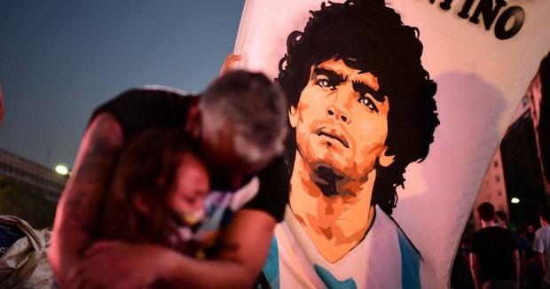 Un emotivo aplauso marcó el comienzo del adiós a Maradona.