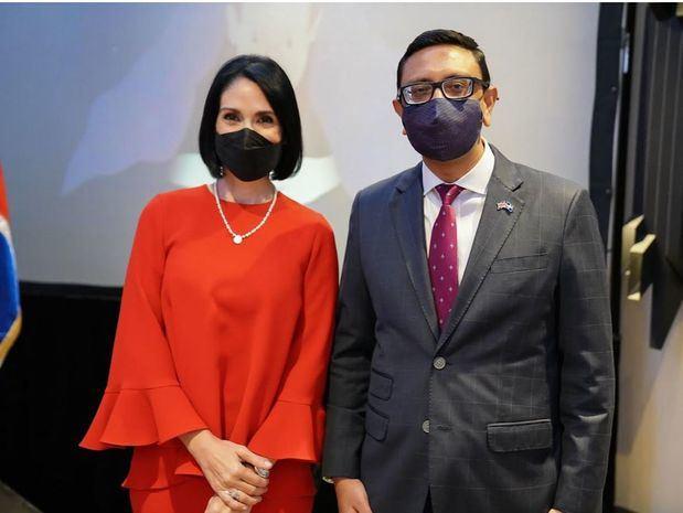 Mockbul Ali, OBE, Embajador de Gran Bretaña en el país junto a la primera dama, Raquel Arbaje.