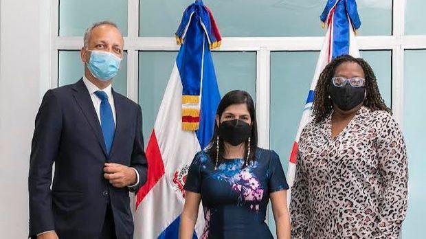 Ian Richard Consultor de la UNCTAD, Biviana Riveiro Directora Ejecutiva de Prodominicana junto a Suzette Hudson de CAIPA II.
