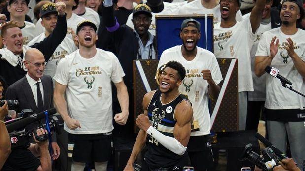 Bucks cortan sequía de títulos de 50 años; vencen a Suns