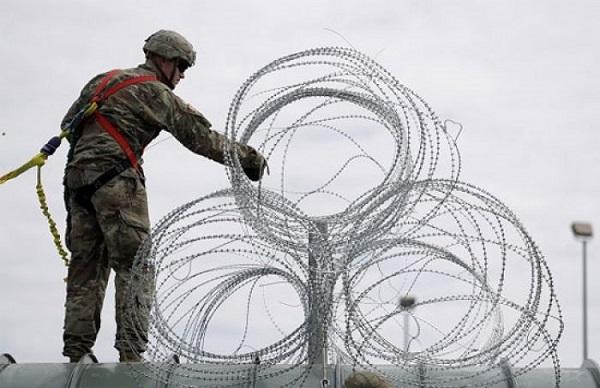 Soldado estadounidense reforzando la frontera