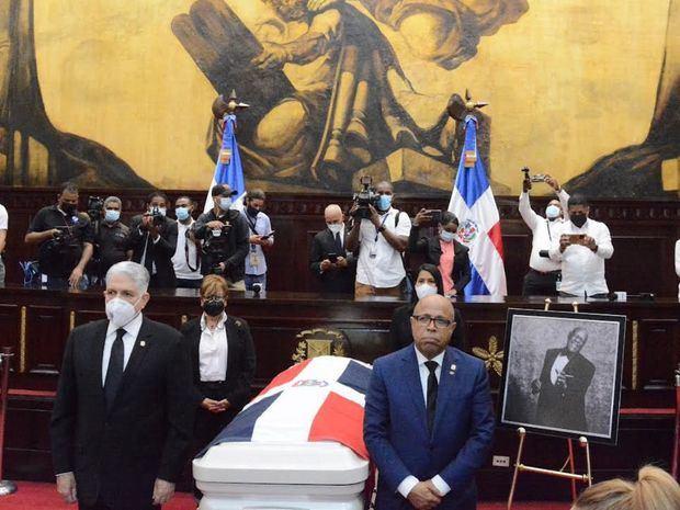 Eduardo Estrella, junto al presidente de la Cámara de Diputados, Alfredo Pacheco, Rafaela Alburquerque y Olfanny Méndez, encabezaron la primera guardia de honor.
