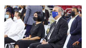 Raquel Arbaje junto a Presidente Luis Abinader.