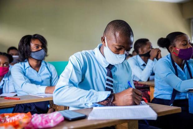 Estudiantes, usando tapabocas, retoman clases luego de cinco meses de cierre debido a la pandemia de coronavirus, este lunes, en Puerto Príncipe (Haití).