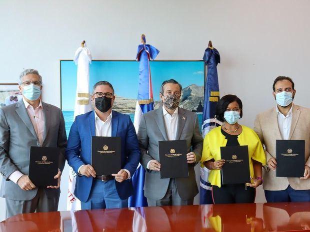 Medio Ambiente, Autoridad Portuaria y empresas firman memorándum sobre puerto de Barahona