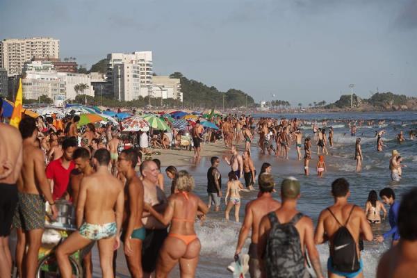 Turistas atiborran playas de Río de Janeiro en vísperas de Año Nuevo