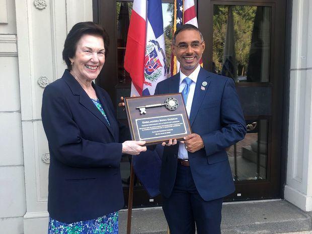 Embajadora Sonia Guzmán recibe llave de la ciudad de Lawrence