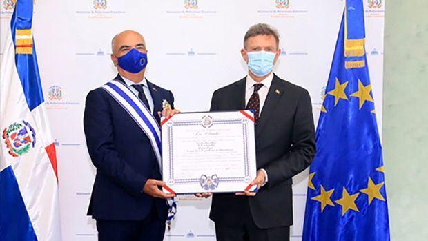 Canciller Roberto Álvarez impone condecoración a embajador de la Unión Europea, Gianluca Grippa