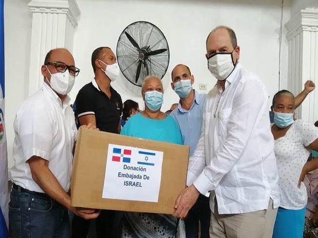 Embajada de Israel realiza donación de alimentos y otros artículos en los sectores La Cuaba, La Guáyiga y Sabana Perdida