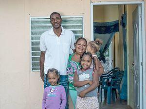 Familia impactada por Hábitat Dominicana.