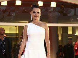 Penélope Cruz de blanco radiante en el Festival de Cine de Venecia.