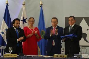 El vicepresidente de El Salvador, Félix Ulloa (i); el vicecanciller de El Salvador, Ana Geraldina Béneke (2-i); el secretario general del SICA, Vinicio Cerezo (d); y el subsecretario de Estado de Política Exterior de Honduras, José Barahona (d-2), este miércoles en la Cancillería salvadoreña.