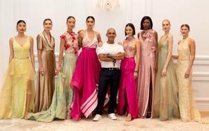 Fotografía cedida este miércoles por Matt Martini de Imaginary Wave en la que se registró al diseñador colombiano Raúl Peñaranda (c) mientras posa junto a sus modelos, al final de un desfile de su colección de alta costura primavera-verano 2022, en Nueva York, EE.UU.