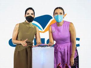 La primera dama Raquel Arbaje y la presidenta del Voluntariado Banreservas, Noelia Garcia, dan el clic que deja en funcionamiento la plataforma educativa Educlic.