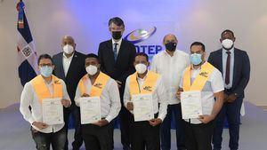 4 jóvenes recibieron los certificados en nombre del grupo de egresados.