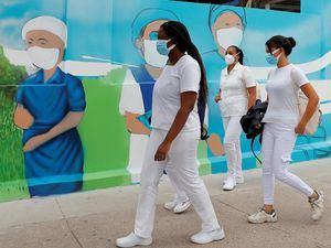 Varias enfermeras salen de un hospital de Tegucigalpa, Honduras.