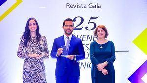 Grupo Editorial Gala premia a Luis Cruz.