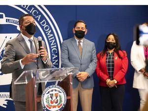 Ysidro García, subadministrador de Negocios Banreservas, explica, en el Consulado Dominicano de New York, las facilidades que ofrecerá la institución bancaria a los dominicanos residentes en EE.UU.