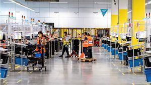Varios trabajadores en el nuevo centro logístico de Amazon en Illescas que hoy ha sido inaugurado por la ministra de Industria, Comercio y Turismo, Reyes Maroto.