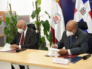 Juan José Disla Ledesma y Miltón Ray Guevara, durante la firma del acuerdo.