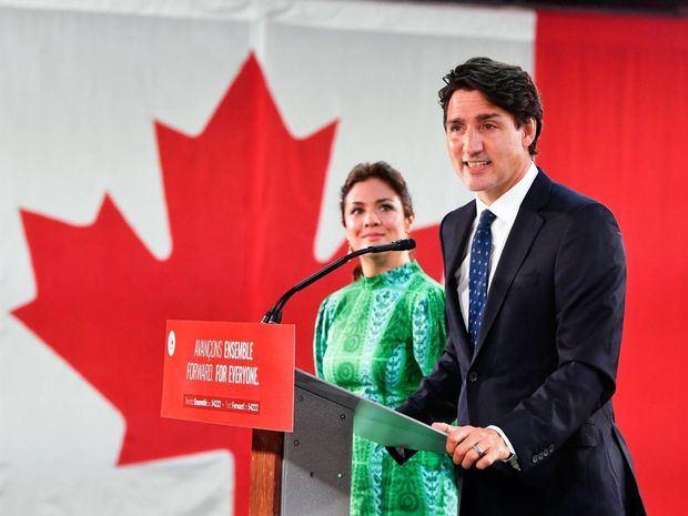 El primer ministro de Canadá y líder del Partido Liberal canadiense, Justin Trudeau (d), fue registrado este martes, junto a su esposa, Sophie Gregoire (i), al ofrecer unas declaraciones, luego de la victoria de su partido en las elecciones generales en su país, en Montreal, Quebec, Canadá.