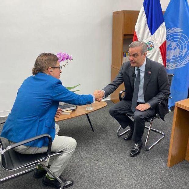 Iván Ruiz junto al presidente Luis Abinader.