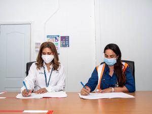 Juana Barceló, Presidenta de Barrick Pueblo Viejo  junto a Patricia Meléndez beneficiaria de la beca Doctorado en Ciencias Ambientales.