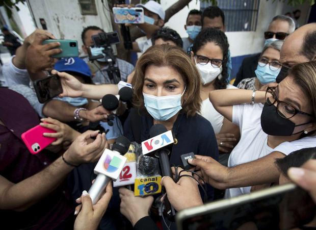 La corresponsal de la cadena hispana Univision en Nicaragua, María Lilly Delgado (c), comparece ante el Ministerio Público.