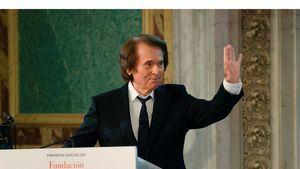 El cantante español Raphael recoge en Madrid el galardón en reconocimiento a Toda una Vida Profesional, durante la entrega de los Premios Sociales Fundación Mapfre.