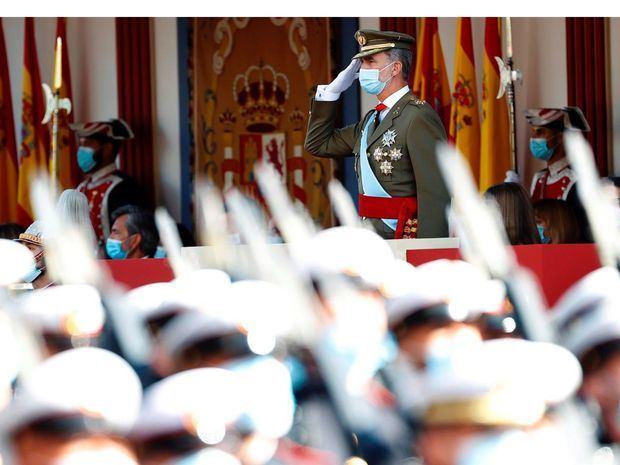 El rey Felipe VI preside el desfile militar del 12 de Octubre en el Paseo de la Castellana de Madrid para festejar este martes el Día de la Fiesta Nacional.