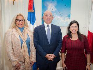 Rosa Hernández de Grullón, embajadora dominicana en Francia, Pascal Ollivier y Biviana Riveiro.