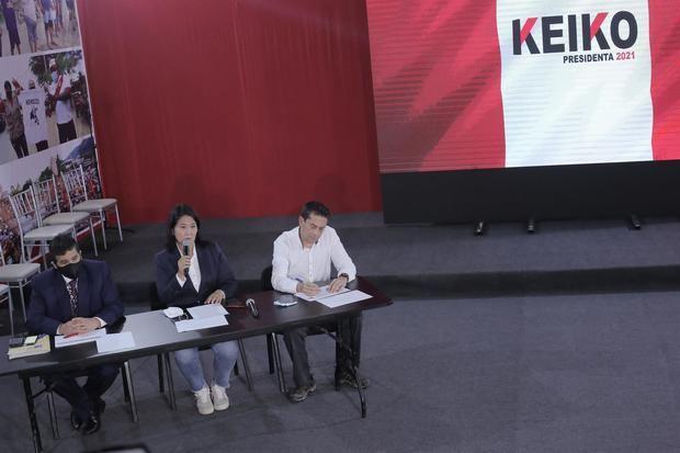 La candidata presidencial peruana Keiko Fujimori, el abogado Julio César Castiglioni (i), y el excongresista Miguel Torres Morales (d) participan hoy en una rueda de prensa en Lima, Perú.