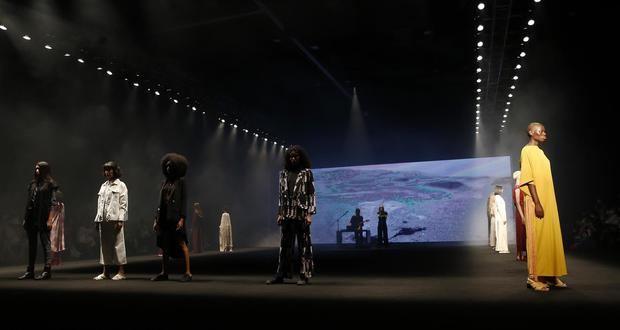 Varias modelos desfilan diseños de la diseñadora colombiana Manuela Álvarez durante la pasarela 'La Esencia' para las marcas Arkitec y Artesanias de Colombia, hoy, en Colombiatex + Colombiamoda 2021, en Medellín, Colombia.