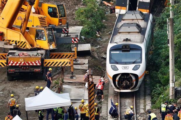 Taiwán tardará 7 días en retirar de las vías el tren cuyo accidente dejó 50 muertos
