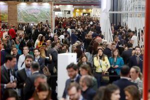 Vista general del público asistente a la feria internacional de turismo Fitur 2020 en Madrid, este viernes en Madrid.