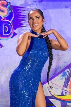 La cantante estadounidense Becky G posa este jueves por un colorido espacio que este año reemplazó a la tradicional alfombra roja de los Premios Juventud, que se entregan hoy en el Watsco Center en Coral Gables, Florida, EE.UU.