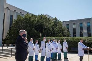 El médico Sean P. Conley ofrece una actualización sobre la condición del presidente de Estados Unidos, Donald J. Trump, en el Centro Médico Militar Nacional Walter Reed en Bethesda, Maryland, el 3 de octubre de 2020.