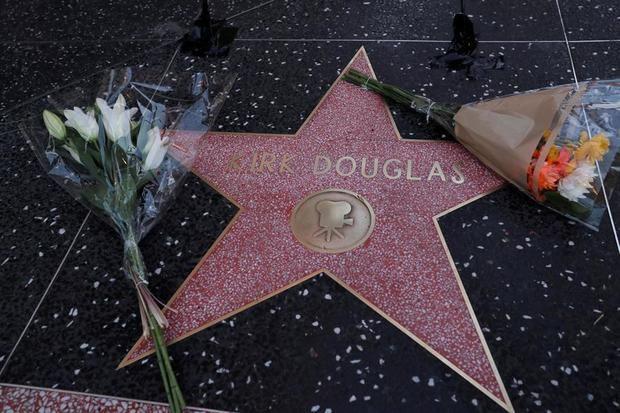 Las flores se colocan en la estrella de Hollywood del actor estadounidense Kirk Douglas en el Paseo de la Fama de Hollywood en Hollywood (California, EE. UU.). Según los informes de los medios, el actor estadounidense Kirk Douglas murió a la edad de 103 años el 5 de febrero de 2020.