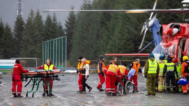 Con helicópteros rescatan a pasajeros de crucero varado frente a Noruega