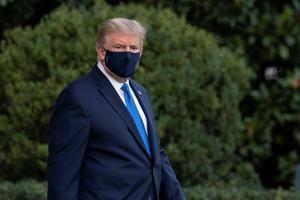 El presidente de los Estados Unidos, Donald J. Trump, camina hasta el jardín sur de la Casa Blanca antes de abordar el Marine One en Washington, DC, EE.UU.