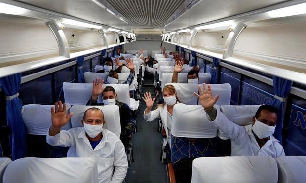 Un grupo de médicos fue registrado al posar para una foto de despedida, en el interior del ómnibus que los llevó al aeropuerto internacional José Martí con rumbo a Sudáfrica para colaborar allí en la lucha contra la pandemia de la COVID-19, en La Habana, Cuba.
