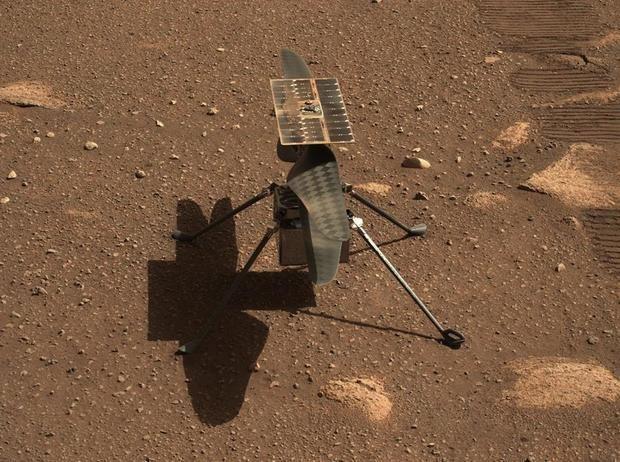 Fotografía cedida por la NASA donde se muestra un primer plano del helicóptero Ingenuity tomado desde el Mastcam-Z, un par de cámaras con zoom a bordo del rover Perseverance en Marte.