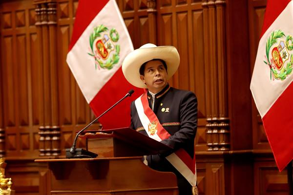 Fotografía cedida este miércoles por la Presidencia de Perú en la que se registró al mandatario Pedro Castillo, durante la ceremonia de investidura como nuevo presidente de Perú, en Lima (Perú).