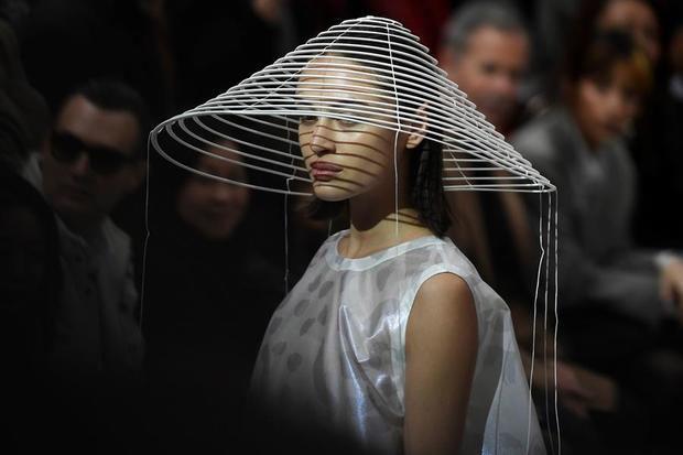 Issey Miyake y Schiaparelli llenan de surrealismo la pasarela