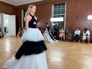 Una modelo luce una creación de la casa de moda Carolina Herrera, durante un desfile de su colección primavera-verano 2022 este jueves en Nueva York, EE.UU.
