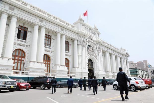 Congreso impide elección de la primera presidenta de Perú en plena de crisis