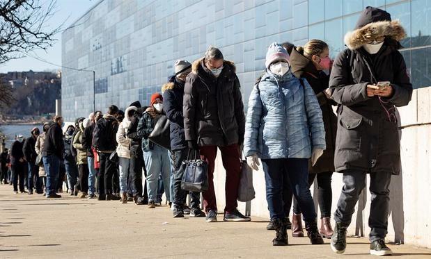 Personas hacen fila para recibir la vacuna contra la covid-19 en el Centro de Convenciones Jacob K. Javits de Nueva York, este 2 de marzo de 2021.